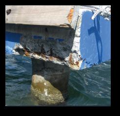 Auch am Poller aus Beton waren die Folgen des Zusammenstoßes unübersehbar.